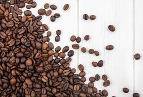 photographie alimentaire mise à plat de grains de café avec espace copie photo