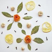 ornement d'écorce d'orange, feuilles de laurier, cercles de citron, œillets. photo
