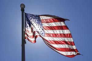 drapeau ondulant dans le vent