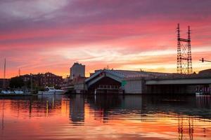 Pont-levis se levant sous le coucher du soleil rose