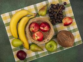 assortiment de fruits stylisés sur tissu à carreaux
