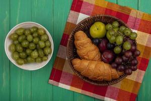 assortiment de fruits et de pain sur fond de mi-automne photo