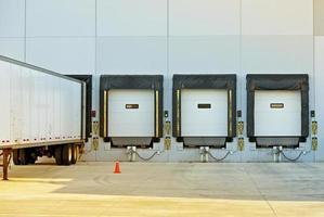 semi camion et entrepôt photo