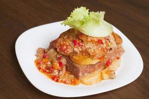 pain de viande avec purée de pommes de terre et piments verts photo