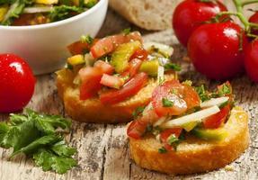 Bruschetta italienne avec tomate, oignon et bell petsem, échantillon fo photo