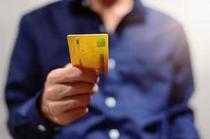homme d & # 39; affaires avec carte de crédit photo