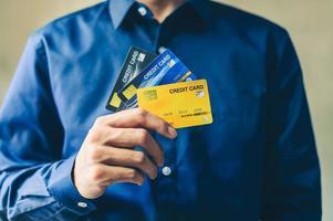 homme d & # 39; affaires avec carte de crédit