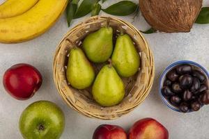 vue de dessus des fruits sur fond neutre