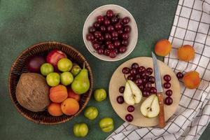 Assortiment de fruits à plat sur fond vert photo