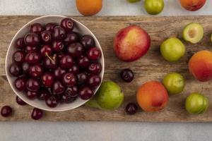 assortiment de fruits sur une planche à découper