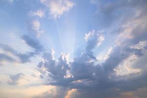 ciel et nuages dans la lumière du soir