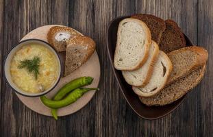 soupe et pain sur fond de bois photo