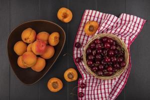 assortiment de fruits sur fond de bois photo
