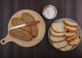 pain tranché sur fond de bois photo