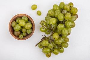 raisins blancs sur fond blanc photo