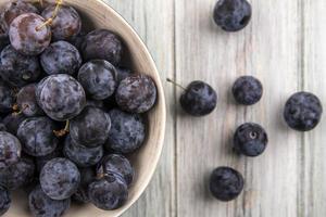fruits noirs assortis sur un fond en bois