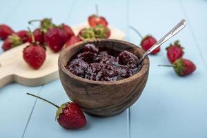 confiture de petits fruits aux fraises sur fond bleu