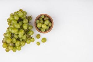 raisins sur fond gris avec espace copie