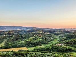 vue aérienne d'une campagne au coucher du soleil