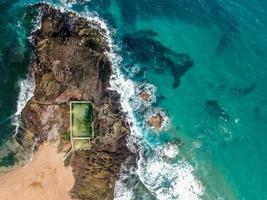 Vue aérienne d'un rivage rocheux près de l'océan photo