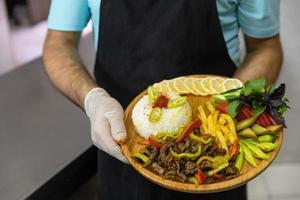 viande avec frites et citron