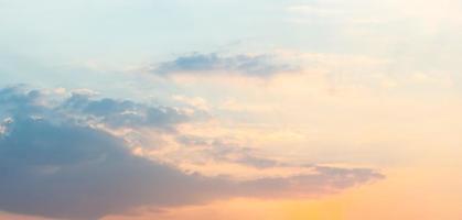 nuages bleus et ciel au coucher du soleil photo
