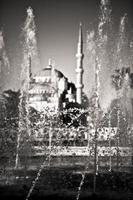 Fontaine avec mosquée en arrière-plan à Istanbul, Turquie