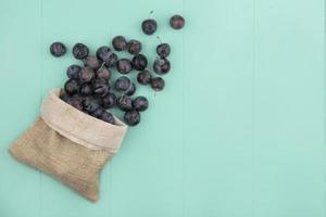 vue de dessus de petits prunelles de fruits noirs photo