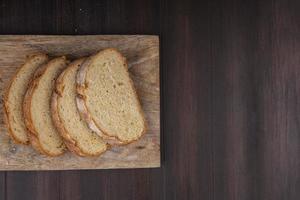 vue de dessus du pain croustillant en tranches