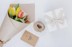 vue de dessus d'un bouquet de fleurs de tulipes colorées photo