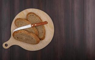 Vue de dessus du pain brun aux graines en tranches photo