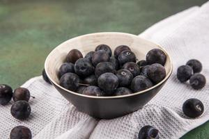 Vue de dessus des petits prunelles aux fruits bleu-noir aigres photo