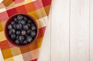 Vue de dessus des petits prunelles aux fruits bleu-noir aigres