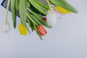 vue de dessus d'un bouquet de fleurs de tulipes colorées