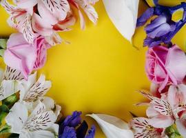 vue de dessus d'un cadre fait de belles fleurs