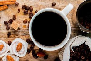 vue de dessus d'une tasse de café et de délices turcs