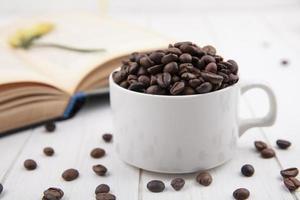 Vue latérale des grains de café torréfiés frais photo