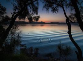 plan d'eau calme au coucher du soleil