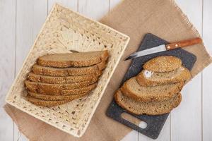 Vue de dessus du pain aux graines brun tranché
