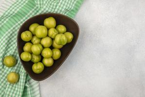 vue de dessus des prunes dans un bol photo