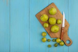vue de dessus du motif de fruits sur une planche à découper photo