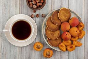 vue de dessus des crêpes aux abricots entiers et tranchés photo