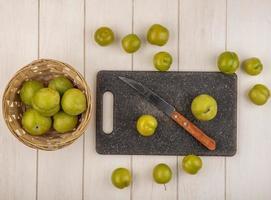 vue de dessus des prunes de cerises vertes fraîches