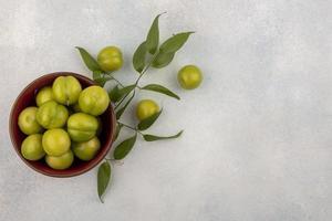 vue de dessus des prunes vertes dans un bol