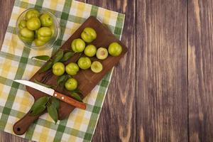 vue de dessus des prunes vertes sur une planche à découper