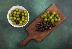 vue de dessus des raisins sur une planche à découper photo
