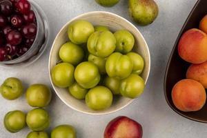 vue de dessus des prunes vertes