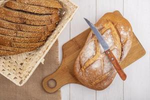 pain frais sur une planche à découper sur fond de bois
