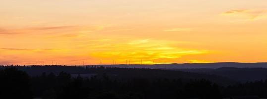 silhouette de collines au coucher du soleil photo