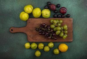 vue de dessus des raisins sur une planche à découper